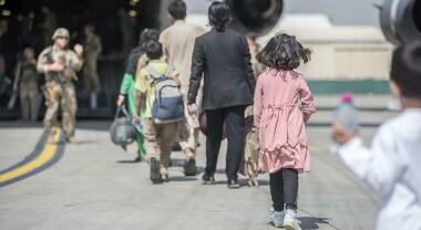 Positivo al Covid uno degli 87 afghani arrivati in Campania