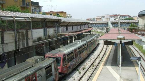Si sdraia sulle rotaie al passaggio del treno della circumvesuviana, illeso un 58enne