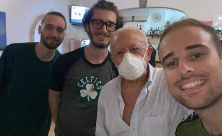 """De Luca in vacanza a Maratea al ristorante con 3 universitari di Avellino: """"Forza lupi"""""""