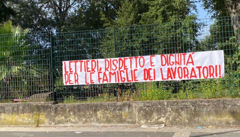 Salerno, al Parco Mercatello striscione degli ex operai de la Fabbrica