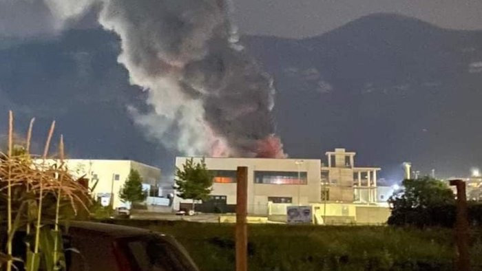 """M5S, incendio nell'area industriale di Sarno: """"Si effettuino i controlli sulle condizioni ambientali"""""""