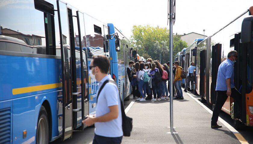 """Abbonamento trasporti gratis agli studenti della Campania: """"Ma solo a chi ha il green pass"""""""