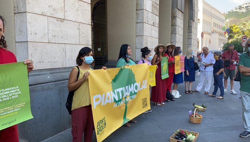 Salerno, manifestazione di Animal Save sotto il Comune