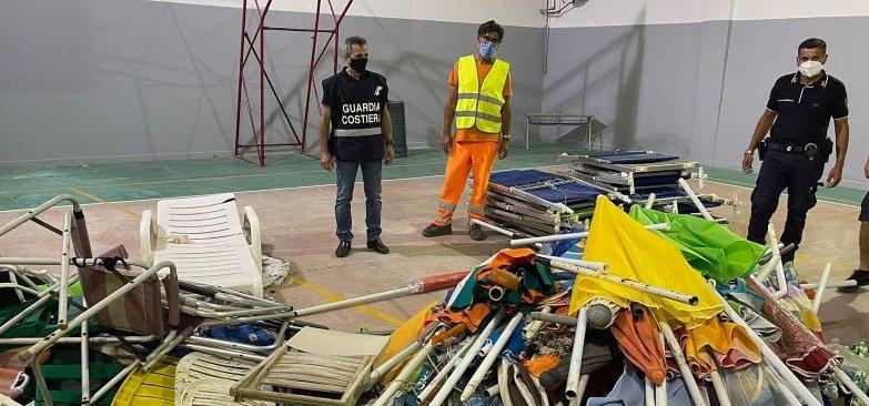 Blitz in spiaggia a Castellabate: sequestrati 400 ombrelloni