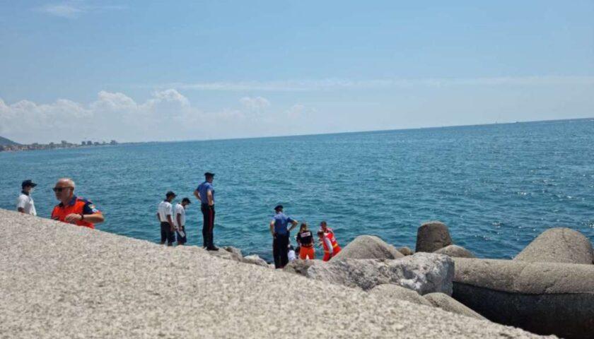 Salerno, uomo di 65 anni cade tra gli scogli: finisce al Ruggi. Ambulanza in ritardo a causa di un'auto in sosta