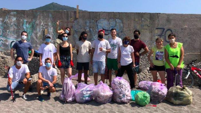 Salerno, gli attivisti raccolgono 630 kg di rifiuti in un mese