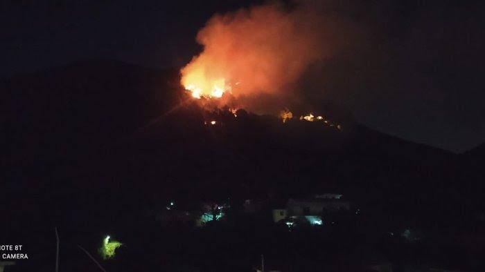 Roccapiemonte, il sindaco accusa: dietro gli incendi c'è la mano di qualcuno. Ormai è chiaro