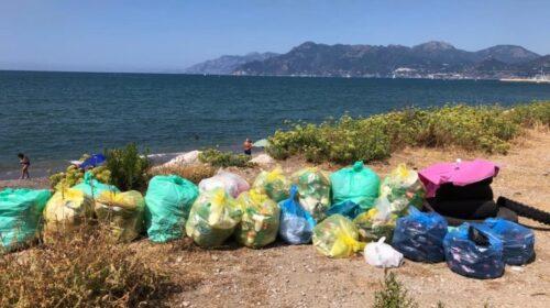 """Rimosso oltre un quintale di rifiuti dalla spiaggia di via Allende a Salerno: """"Uno schifo"""""""