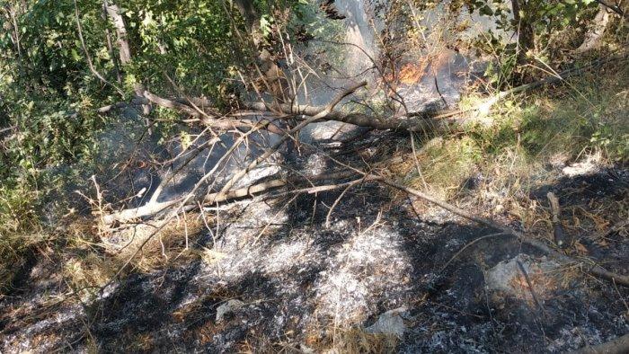Cava de' Tirreni, principio d'incendio a Monte Caruso spento da volontari e residenti