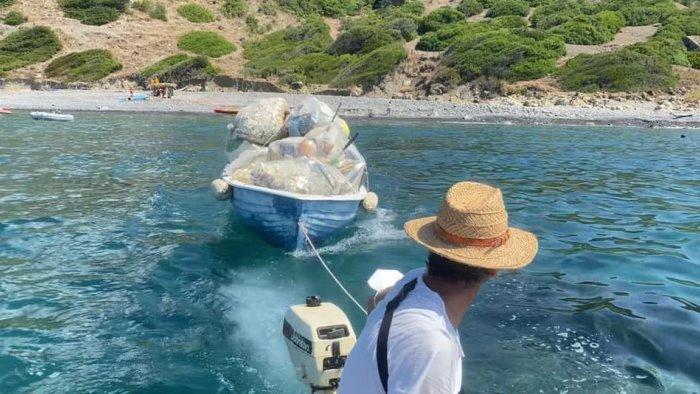 Pollica, volontari e turisti ripuliscono la spiaggia: raccolti oltre 50 sacchi di rifiuti