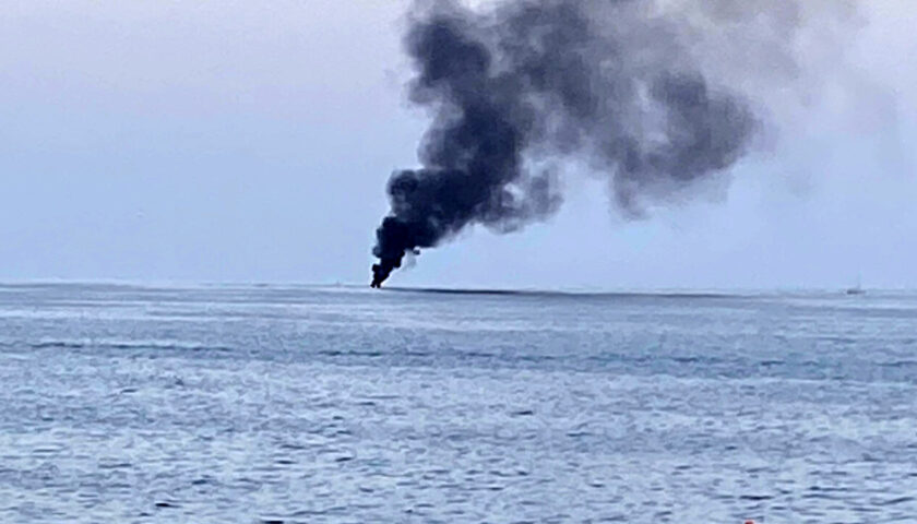 Barca in fiamme e poi a picco al largo di Acciaroli: gli occupanti si tuffano in acqua