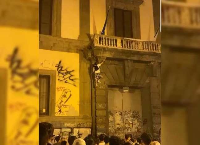 Follia a Napoli, giovane si arrampica sulla facciata dell'università Orientale e cade
