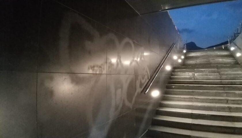 Ancora vandali in piazza Libertà, imbrattato il marmo della prima scalinata d'accesso