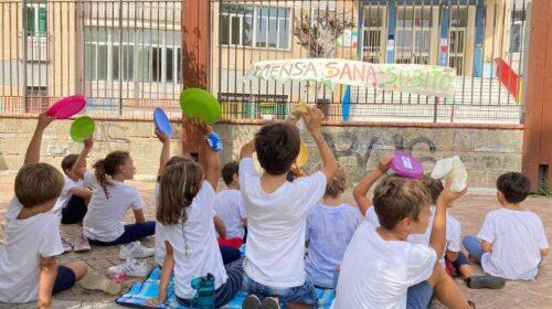 I genitori: pranzo al sacco di fronte alla scuole di Salerno per chiedere l'attivazione del servizio mensa