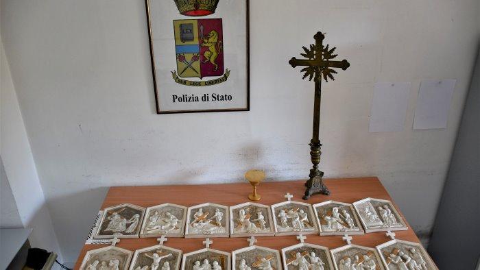Furto sacrilego in chiesa, polizia incastra tre ladri e recupera oggetti sacri