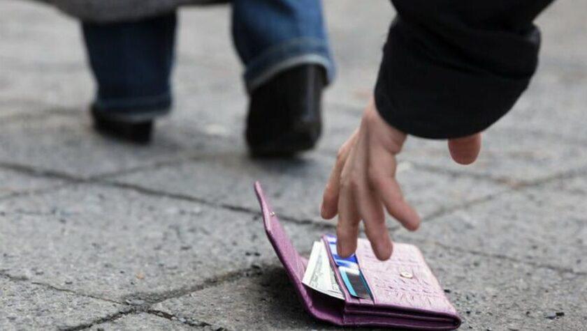 Nocera Inferiore, infermiera trova portafoglio con 1700 euro e lo consegna ai vigili urbani