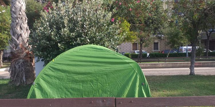 Nelle aiuole del lungomare Trieste spunta un'altra tenda da campeggio