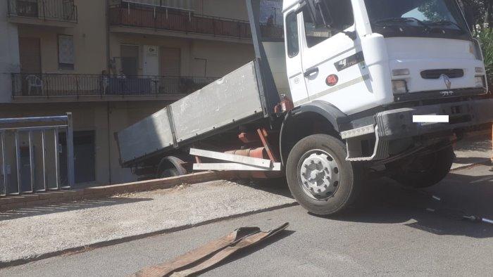 Paura a Pellezzano, camion abbatte staccionata e finisce in bilico