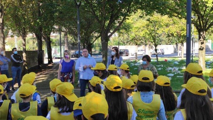 A Baronissi i bambini puliscono il Parco del Ciliegio