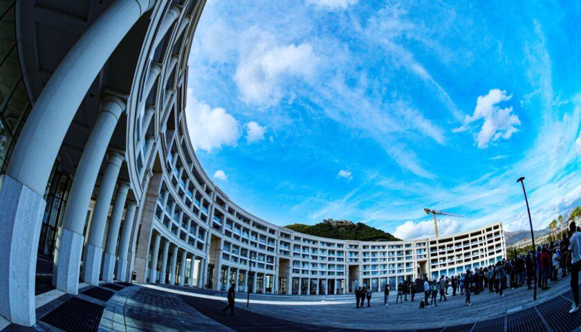 Vandalizzata con olio di motore piazza Libertà a Salerno, il Comune sporge denuncia