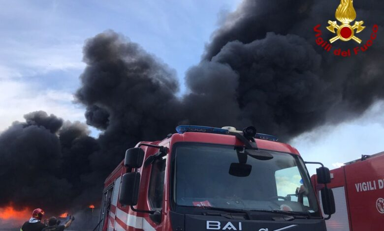 L'Arpac scongiura il rischio diossine nell'aria dopo l'incendio ad Albanella