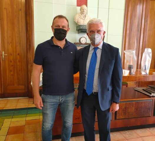 L'allenatore ed ex capitano della Salernitana Roberto Breda fa gli auguri al sindaco