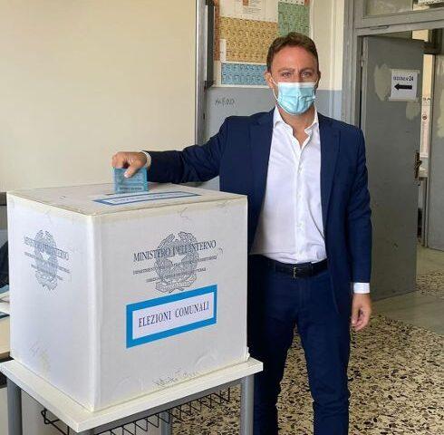 Piero De Luca tra i primi politici salernitani a votare stamani per le comunali