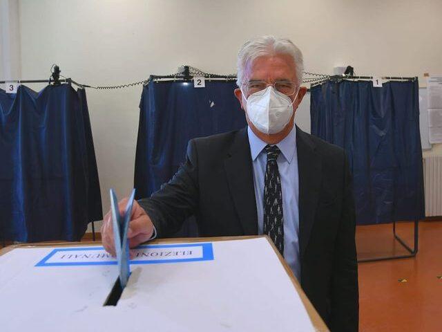 """Ha votato anche il sindaco di Salerno Napoli: """"Fatelo tutti"""""""
