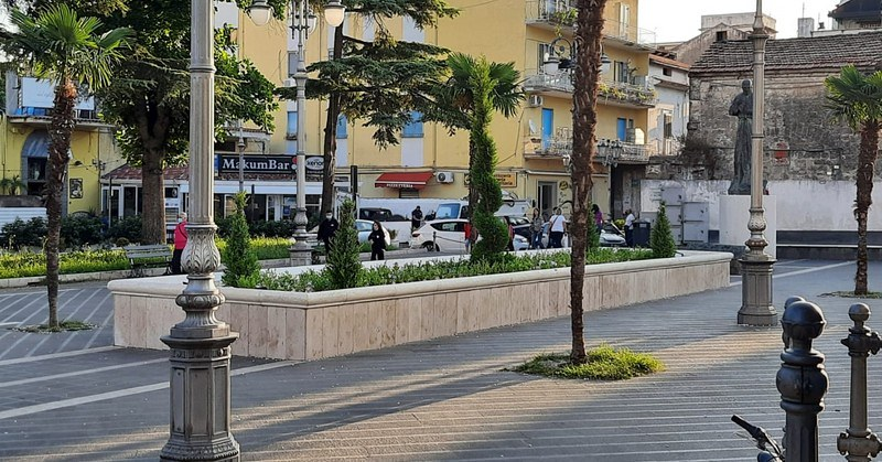 """A Pagani ancora danneggiamenti al giardino in piazza Sant'Alfonso. Il sindaco: """"Difficile lavorare con l'inciviltà che continua a dilagare"""""""