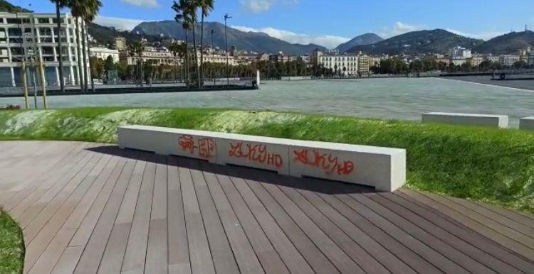 Ancora atti vandalici in piazza Libertà a Salerno: sedute imbrattate