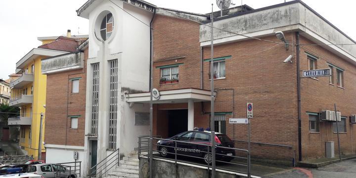 San Cipriano Picentino,  citofona ai carabinieri e poi urina davanti alla porta