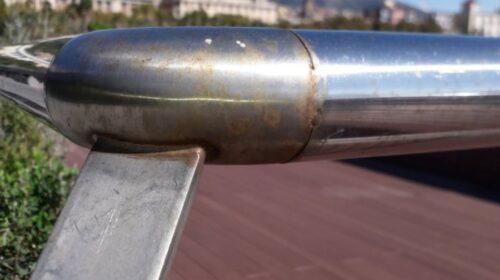 Piazza Libertà a Salerno, i corrimano già presentano segni di corrosione