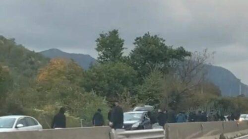 Follia sul raccordo Avellino-Salerno, tifosi della Paganese prendono a sprangate le auto in transito
