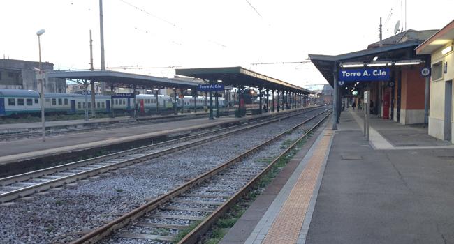 Palazzo a rischio crollo, bloccata linea storica ferroviaria Napoli/Salerno