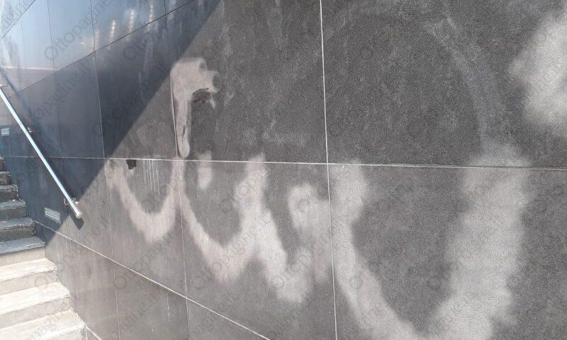 Marmo imbrattato in piazza Libertà a Salerno, oltre 4mila euro l'intervento di pulizia
